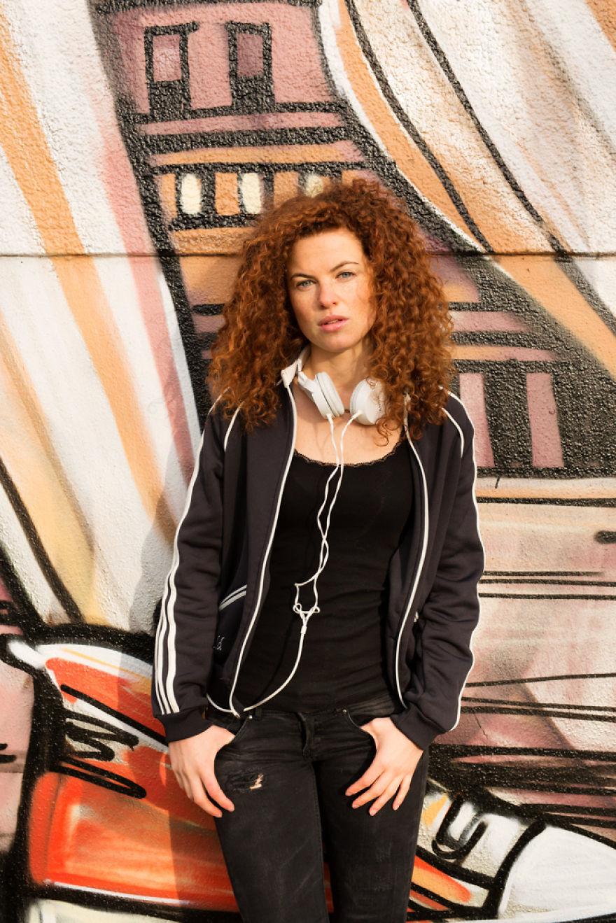 Modelo posando em frente a galeria à céu aberto em Berlim na Alemanha