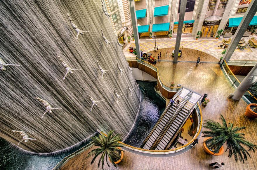 A 'The Divers Fountain' em Dubai, nos Emirados Árabes