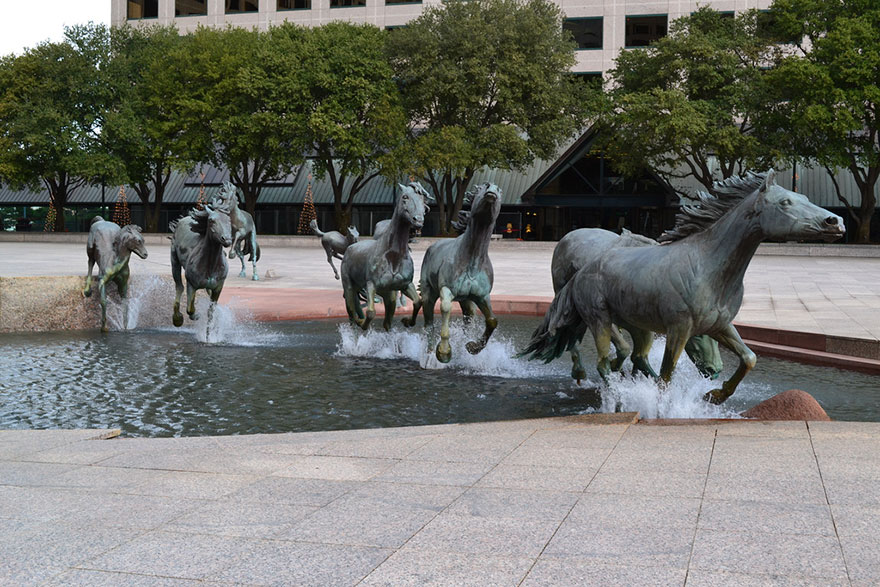 Fonte 'The Mustangs Of Las Colinas' no Texas, nos EUA